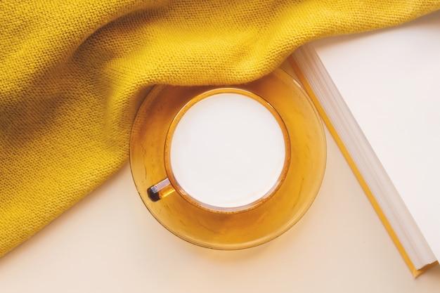Tasse cappuccino, planer im herbst flatlay.