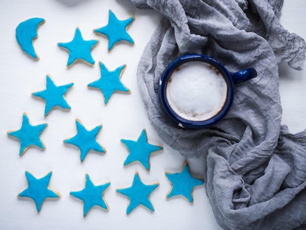 Tasse cappuccino und frische festliche kekse