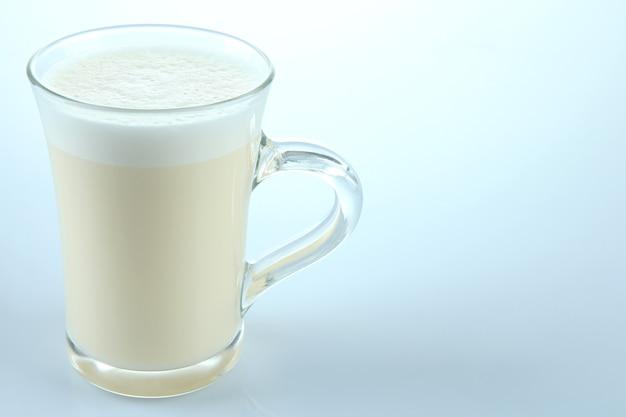 Tasse eierlikör isoliert auf weiss