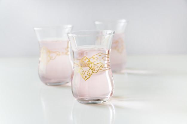 Tasse erfrischende rosenwasser limonade auf weiß