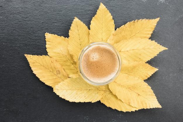 Tasse espresso und gelbe herbstblätter
