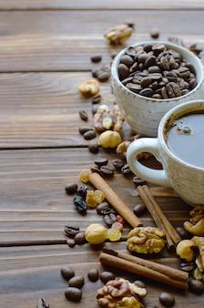 Tasse espressokaffee auf naturholztisch mit gesunden snacks