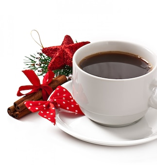 Tasse espressokaffee und weihnachtsdekoration