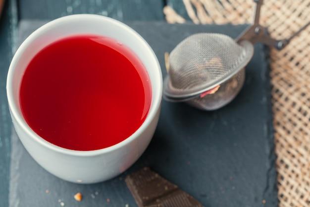 Tasse frisch gebrautes obst und kräutertee