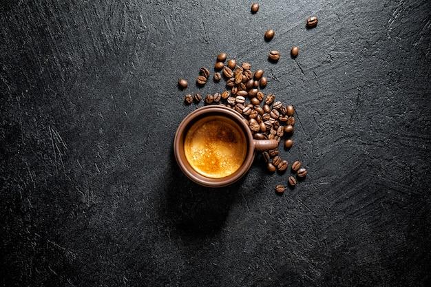 Tasse frisch zubereiteten kaffee in der tasse serviert