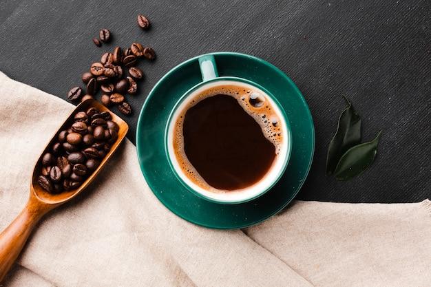 Tasse frischen kaffee auf dem tisch