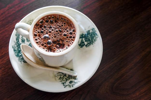 Tasse heiße schokolade auf holzoberfläche