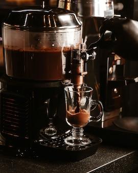 Tasse heiße schokolade aus einer kaffeemaschine