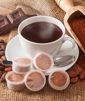 Tasse heiße schokolade mit hülsen.