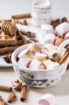 Tasse heiße schokolade mit marshmallow