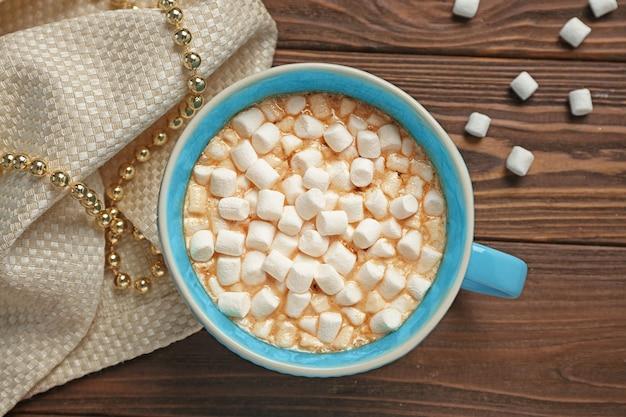 Tasse heiße schokolade mit marshmallows auf dem tisch