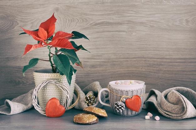 Tasse heiße schokolade mit marshmallows, weihnachtsgebäck, weihnachtsstern und weihnachtsdekorationen