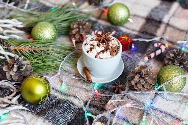 Tasse heiße schokolade mit marshmallows. weihnachtslicht hintergrund.