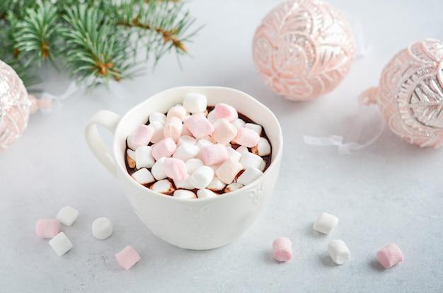 Tasse heiße schokolade mit marshmallows