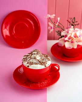 Tasse heiße schokolade mit schlagsahne und schokolade