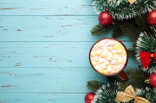 Tasse heiße schokolade und marshmallow mit weihnachtskomposition