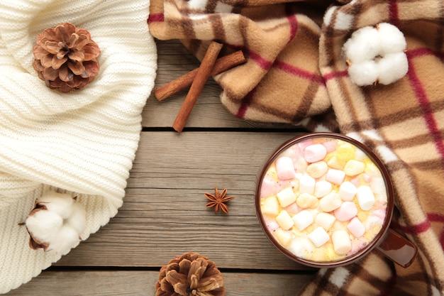 Tasse heiße schokolade und marshmallows mit zimtstangen