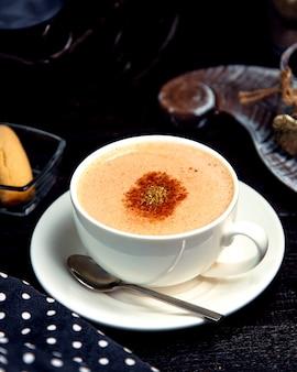 Tasse heißen cappuccino mit zimt