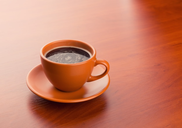 Tasse heißen kaffee auf dem tisch