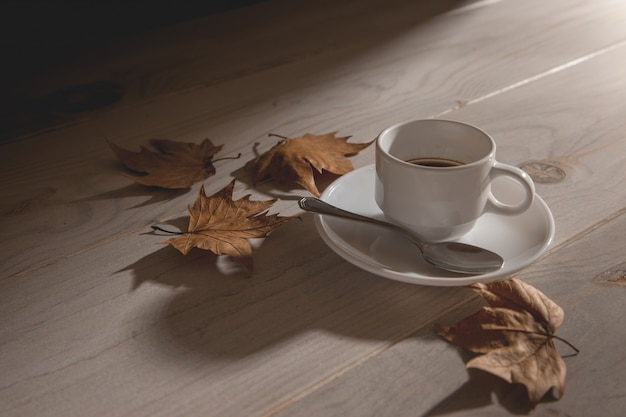 Tasse heißen kaffee bei sonnenuntergang