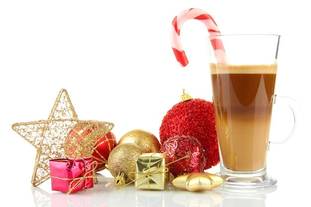 Tasse heißen kaffee mit weihnachtsschmuck isoliert auf weiß