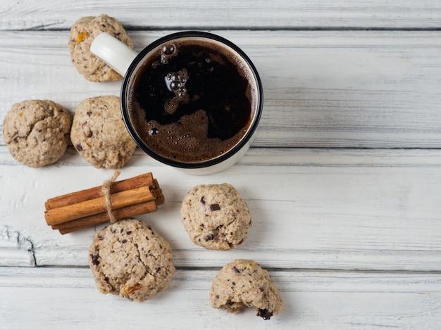 Tasse heißen kaffee und hausgemachte haferkekse zum frühstück