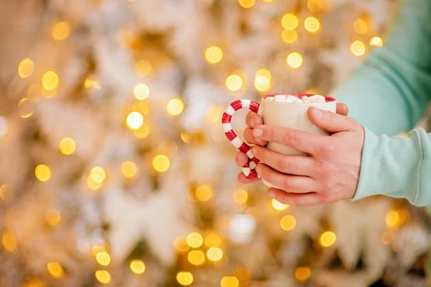 Tasse heißen kakao in gemütlicher weihnachtsatmosphäre