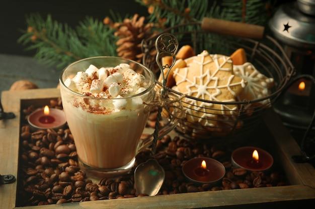 Tasse heißen kakao mit marshmallow und keksen auf kaffeebohnen