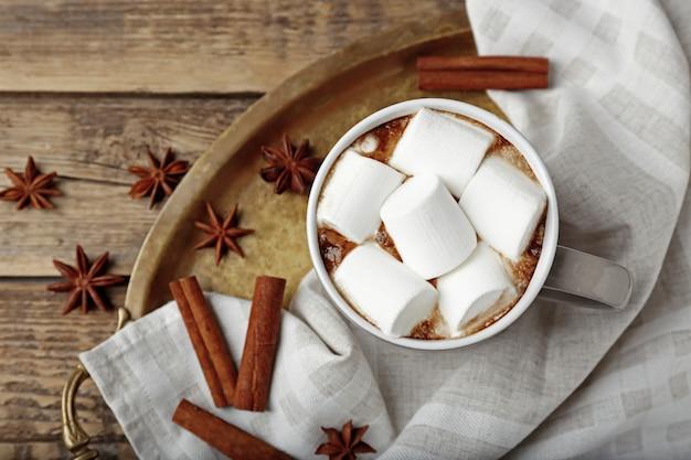 Tasse heißen kakao mit marshmallows auf tablett, nahaufnahme