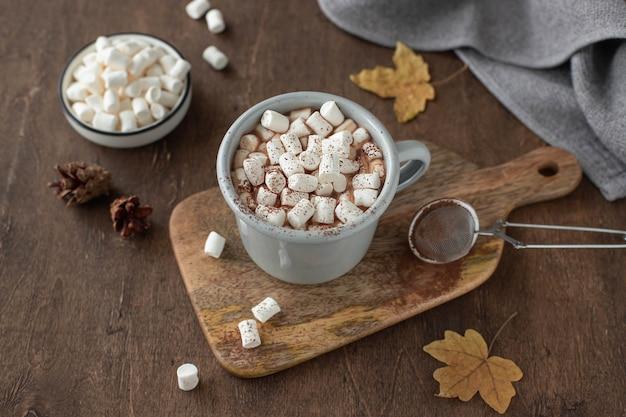 Tasse heißen kakao mit marshmallows