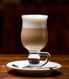 Tasse heißen latte mit schaum