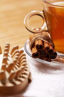 Tasse heißen tee auf dem handtuch