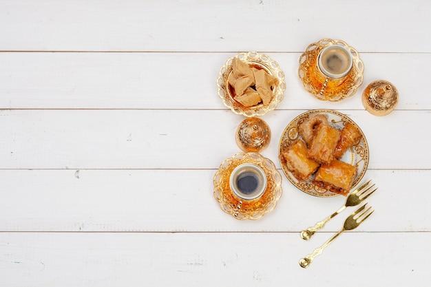 Tasse heißen tee und einen teller mit türkischen desserts