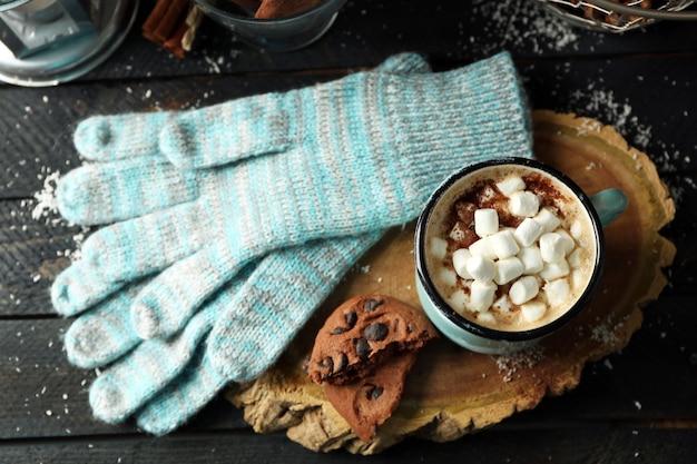 Tasse heißer kakao mit marshmallow und laterne auf schwarzem tisch