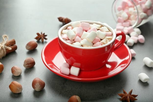 Tasse heißer kakao mit marshmallows
