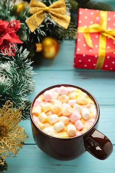 Tasse heißes kakaogetränk und marshmallow mit weihnachtszusammensetzung