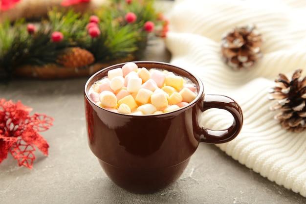 Tasse heißes schokoladengetränk und marshmallow mit weihnachtszusammensetzung