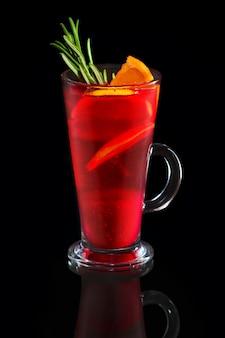 Tasse himbeertee mit orange und zitrone