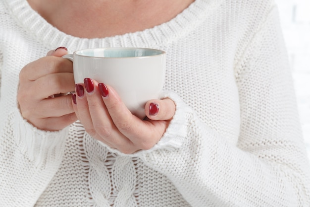 Tasse in weiblichen händen