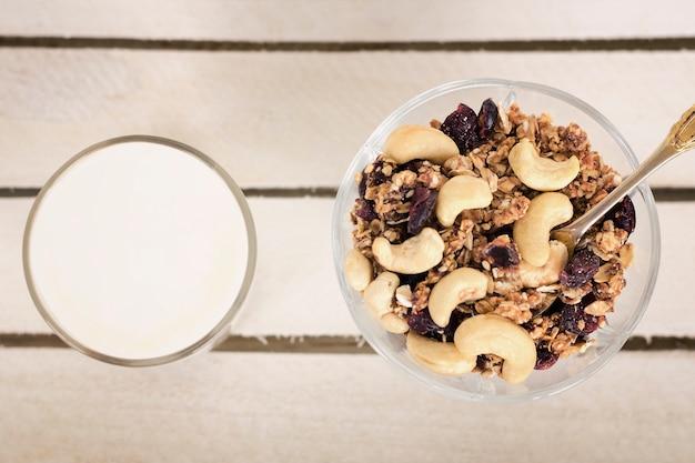 Tasse joghurt mit müsli. gesundes frühstück. ansicht von oben