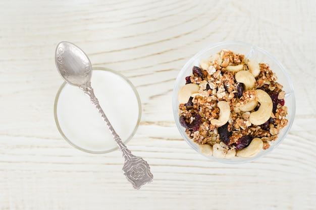 Tasse joghurt mit müsli. gesundes frühstück.