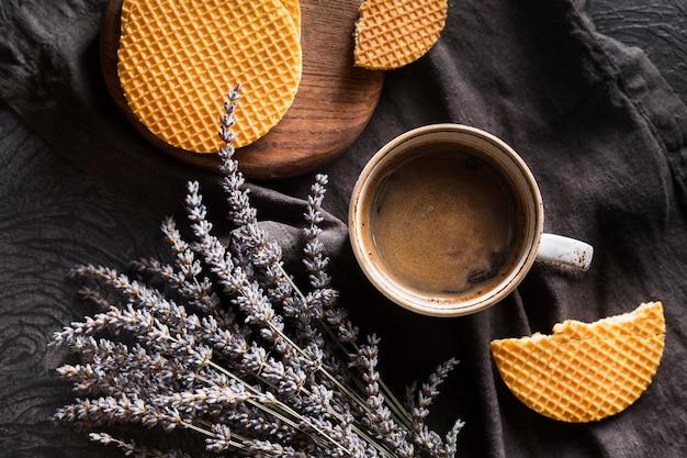 Tasse kaffee arrangement mit stroopwafle