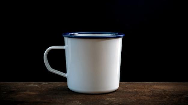 Tasse kaffee auf altem holztisch