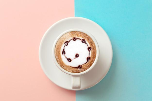 Tasse kaffee auf blau und orange