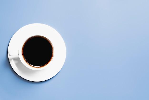 Tasse kaffee auf blauem grund