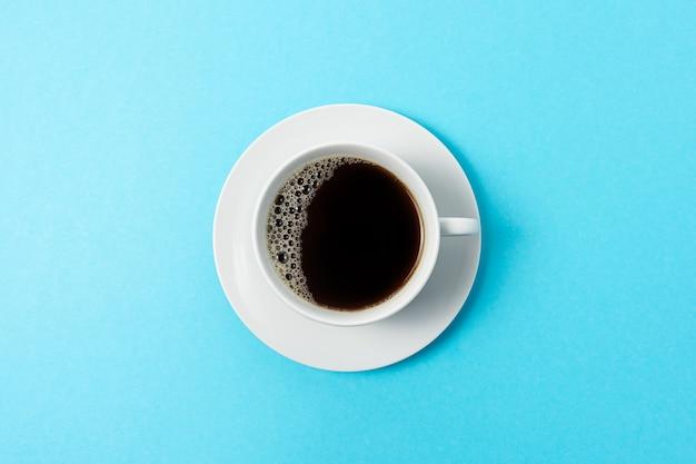 Tasse kaffee auf blauem hintergrund.