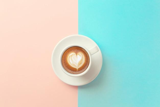 Tasse kaffee auf blauem und orange hintergrund