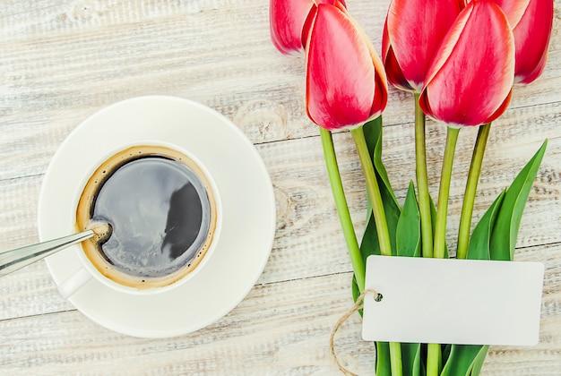 Tasse kaffee auf dem tisch zum frühstück. selektiver fokus.