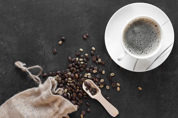 Tasse kaffee auf dem tisch