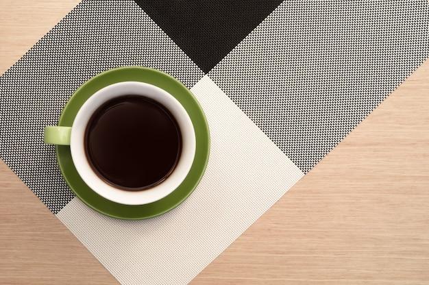 Tasse kaffee auf dem tischhintergrund und der tischdecke